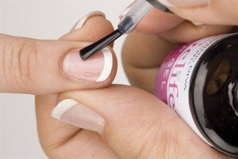 вид ногтя с только что обрезанным держателем френч-смайла