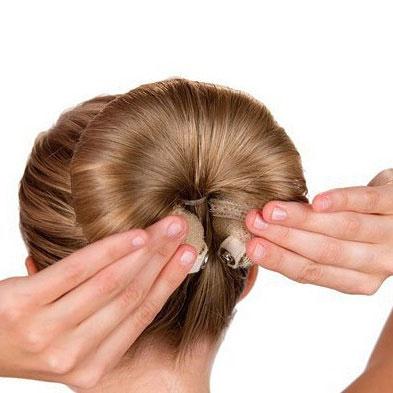 Уложить волосы с помощью валика